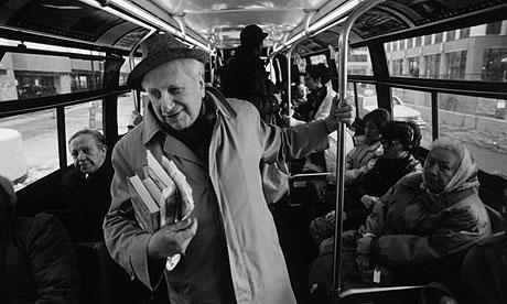 Studs Terkel on a Chicago bus. (Photograph: Chris Walker/AP)
